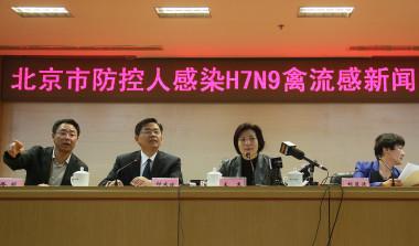 人間への感染が初めて中国で発見され、記者会見する北京市当局者。2013年4月13日撮影 (STR/AFP/Getty Images)