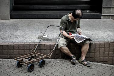 言論統制下でも庶民にとっての情報源である新聞を読む老人(PHILIPPE LOPEZ/AFP/Getty Images)
