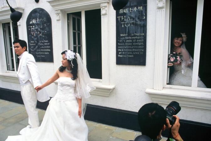 上海の高級住宅街(テムズタウン=泰晤士小鎮)で記念写真を撮る新婚カップル (Olivier CHOUCHANA/Gamma-Rapho via Getty Images)