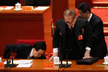 名前が消えることが多くなった江沢民氏。2012年の中国共産党第十八次全国代表大会で撮影 (Photo by Feng Li/Getty Images)
