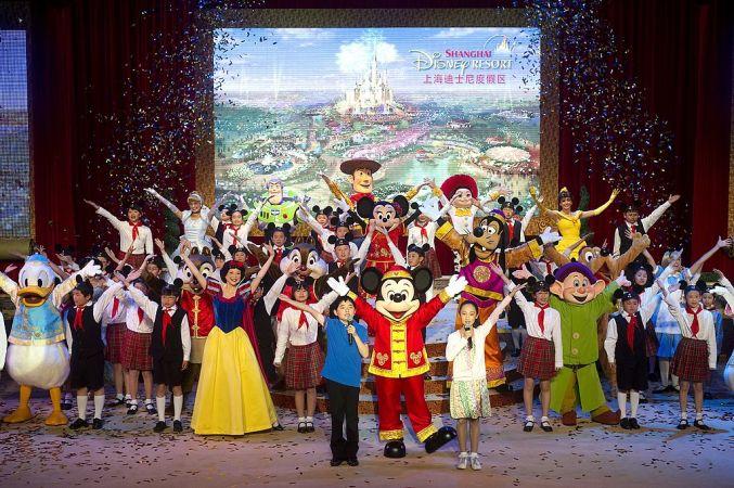 上海ディズニーは厳しい入園規則でトラブル防止に取り組む。写真は2011年、建設計画を発表した様子(afp/GettyImages)
