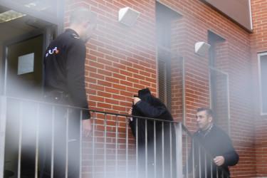 2月17日、逮捕される中国工商銀行マドリード支店の幹部 (PEDRO ARMESTRE/AFP/Getty Images)