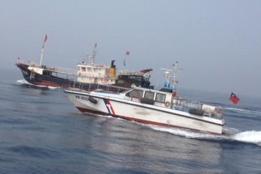 台湾海洋巡防総局の湾岸警備隊は2日、排他的経済水域に進入して違法操業をおこなったとして、中国船籍の漁船1隻と船員17人を拿捕した(基隆海巡隊)