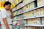 北京のあるスーパーで粉ミルクを比較する男性 (Franko Lee/AFP)