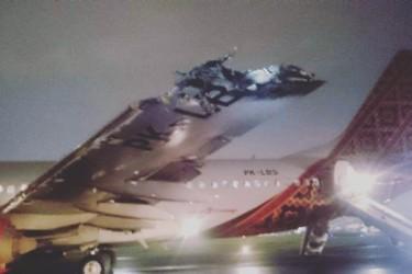 インドネシアの空港滑走路で旅客機同士が接触。翼が炎上したが死傷者はなかった(@Muhammad Afrizal/Facebook)