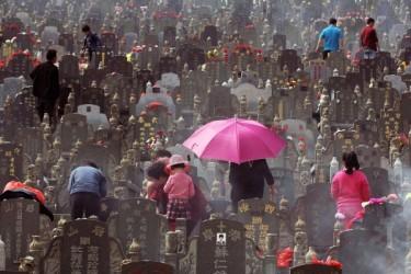 中国の墓参り風景 (AFP)