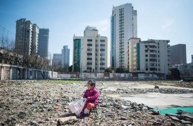 上海の住宅開発地で遊ぶ子ども(JOHANNES EISELE/AFP/Getty Images)