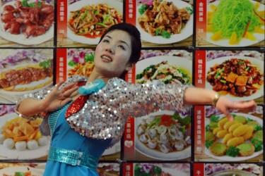 北朝鮮が各国の直営レストランのウェイトレスに諜報活動をさせていることが明らかになった。写真は中国の朝鮮料理レストラン(MARK RALSTON/AFP/Getty Images)
