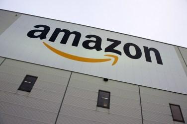 ネット販売最大手のアマゾン (JOHN MACDOUGALL/AFP/Getty Images)