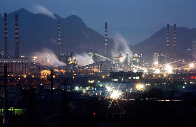 「ゾンビ企業」とも呼ばれている赤字体質の中国鉄鋼業 (Kevin Frayer/Getty Images)