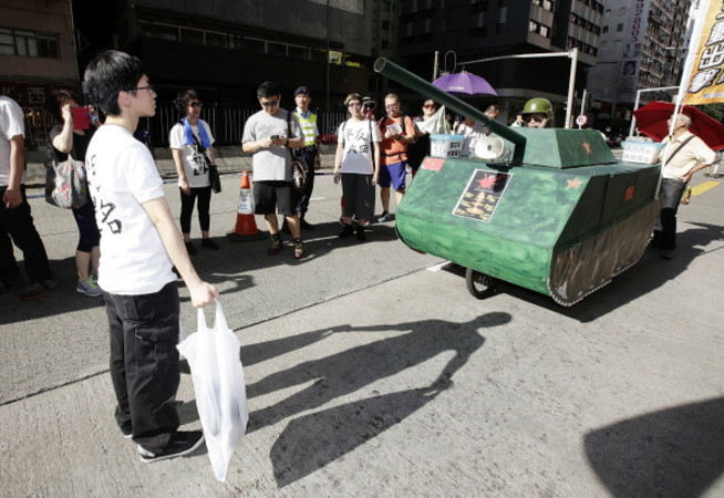 天安門事件を演ずる香港市民。2014年6月1日撮影 (Jessica Hromas/Getty Images)
