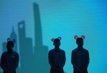 ミッキーマウスの耳飾りをつけたスタッフ。2015年7月、上海ディズニーのプレスイベントで(JOHANNES EISELE/AFP/Getty Images)