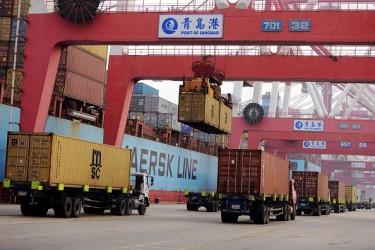 増えた3月の輸出。中国、青島港 (STR/AFP/Getty Images)