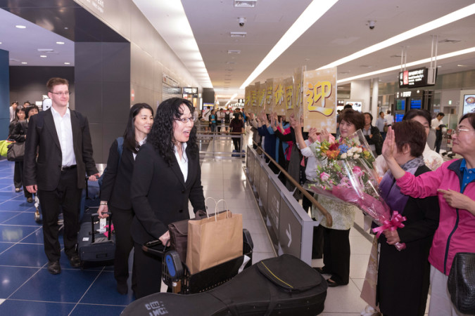 神韻芸術団のソプラノ歌手の姜敏(写真中央)。熊本地震にも触れ「希望を与えられる公演にしたい」と日本の観客へメッセージを送った(牛彬/大紀元)