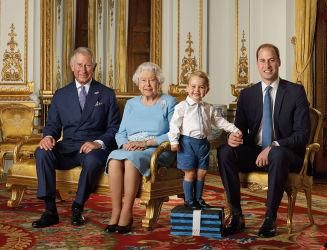 英エリザベス女王、90歳の記念写真を公開。向かって左から息子チャールズ皇太子、エリザベス女王、ひ孫のジョージ王子、孫ウィリアム王子(Ranald Mackechnie/Royal Mail/Getty Images)