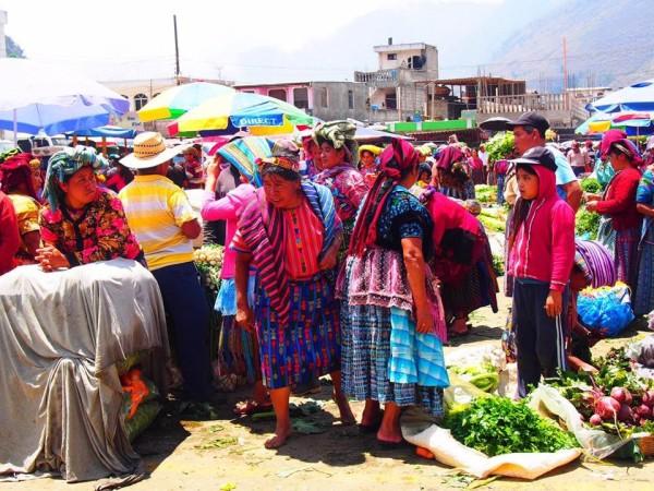 マヤ族の女性の美しい民族衣装と活気ある市場 (田中 撮影)