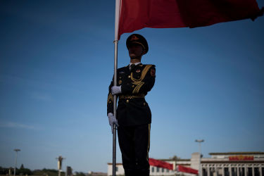 2016年4月、北京の人民大会堂周辺の警備隊(FRED DUFOUR/AFP/Getty Images)