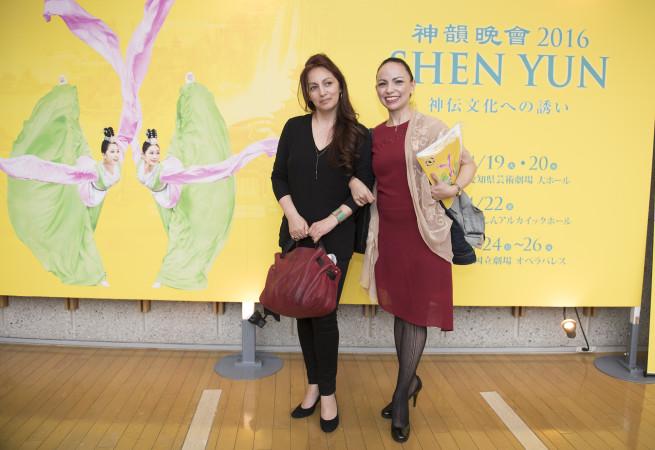 ラテン・アメリカのダンサーで自らミュージカルを主催する稲垣アイダさん(向かって右)ご友人の誕生日プレゼントで神韻を鑑賞した(野上宏/大紀元)