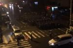 浙江省杭州市余杭区喬司鎮では、サミット受け入れのために大規模な強制取り壊しがあり、抗議する住民を警察が強制鎮圧した。写真は、夜中に路上で整列する警官隊(ネット写真)