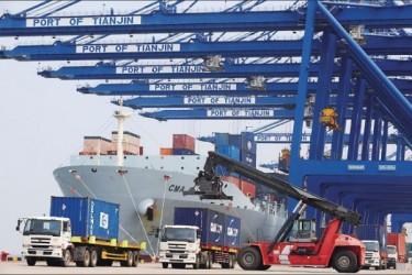 4月の輸出は前年同月比1.8%減で、輸入は同10.9%減となった。輸出入は3月と比べて大幅に減少した (Getty Image)