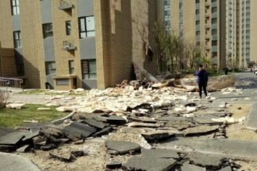 瀋陽市で4月25日、新築マンションの壁タイルが剥がれ落ちた(近隣の住民撮影)
