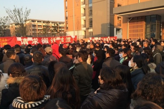 今年1月15日、江蘇省常州外国語学校生徒の保護者が常州市庁舎で新校舎の土壌汚染問題で集会を行ったところ、警察に鎮圧された。その後保護者は同学校の校門前で抗議を続けた (ネット写真)