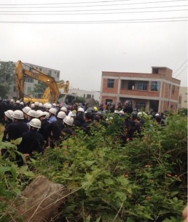 強制収用が行われた海口市の秀英区の琼華村。丸腰の住民が、電気棒などで殴打されている場面が撮影された動画がネットに流れ、波紋を広げた(ネット写真)