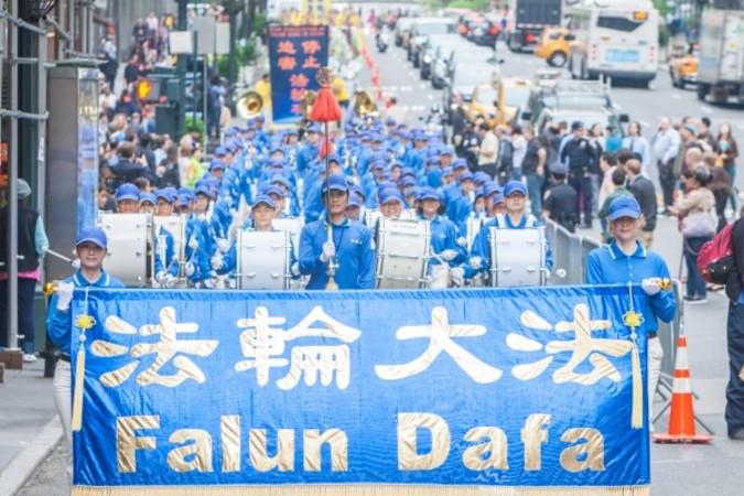 2016年5月13日、第17回「世界法輪大法デー」を祝うため、世界各地から集まってきた法輪功学習者がマンハッタンで盛大な万人パレードを行った。(马有志/大纪元)