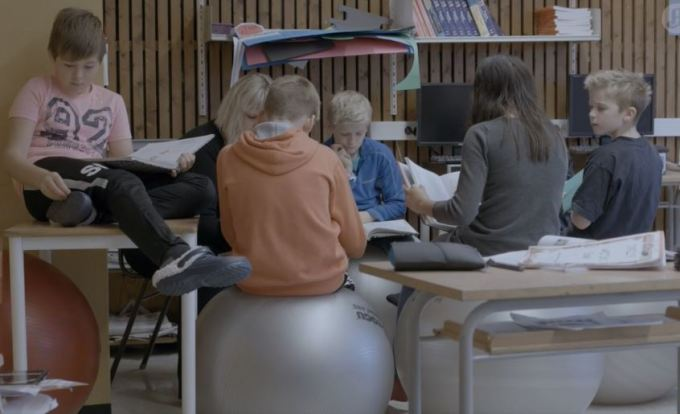 学童イスの代わりにバランスボールが導入されたノルウェーの小学校(スクリーンショット)