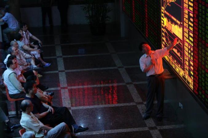 株価ボードを見上げる個人投資家 (Getty Images)