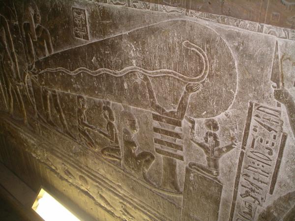 インドのハトホル神殿の地下に描かれた壁画。電球のような形がみえる(Lasse Jensen/Wikimedia Commons)