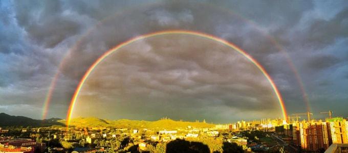 2016年5月23日夕方雨上がりの北京、東の空に「二重の虹」が現れた。(ネット写真)