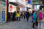 秋葉原で、免税店前の中国人観光客 (盧勇/大紀元)