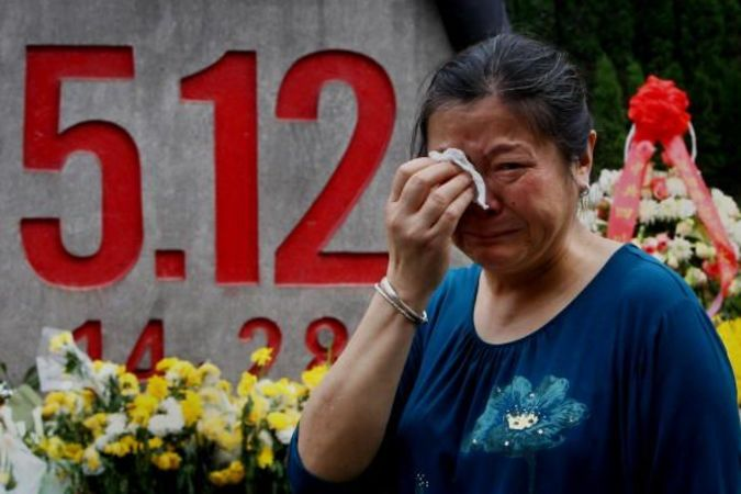 2009年5月11日四川省綿陽、地震災害で亡くなった家族の一周忌法要に参加した生存者(Getty Images)