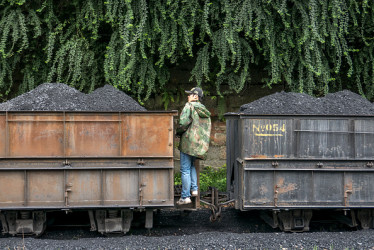 2015年9月15日、四川省のある石炭採掘場。従業員が石炭を蒸気機関車に積む様子(ZhangPeng/LightRocket via Getty Images)