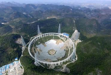 習主席に変革を求められる科学技術。9月に完成予定の直径500メートルの電波望遠鏡(Getty Images)