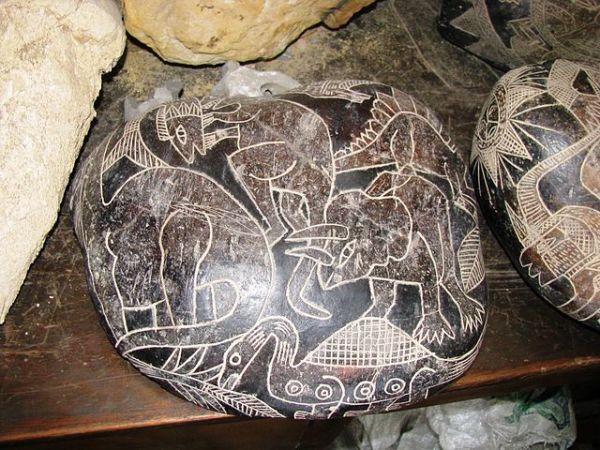 様々な恐竜の絵が彫られた石(Brattarb/CC BY-SA)