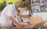 フィリピン首都マニラに住むヘルナンド・グアンラオさん。貧困で学校に行けない子供たちのため、自宅で無料の図書館を開いた(You Tubeより)
