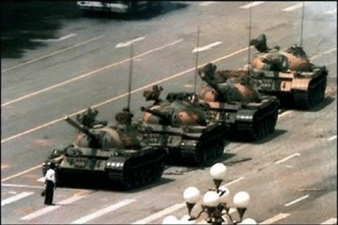 1989年6月4日、天安門広場の学生が鎮圧された後、前進する戦車の前に立ちはだかった単身丸腰の中国人青年王維林さん(「六四事件」資料)