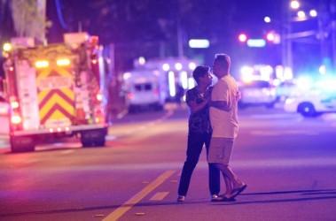 6月12日にフロリダ州オーランド市で発生した銃撃事件は多数の死者を出す惨事となった。写真は路上で警察の報告を待つ被害者の家族。(AP Photo/Phelan M. Ebenhack)