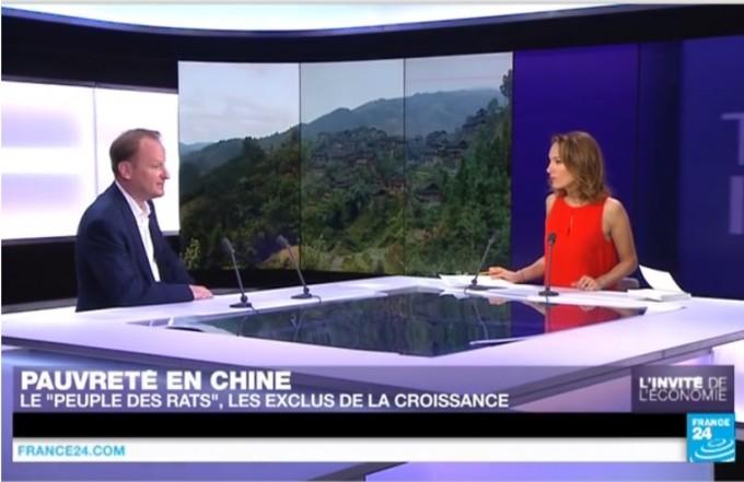 仏「フィガロ」紙のサン・ポール記者が「フランス24」の取材を受ける様子(フランス24より)