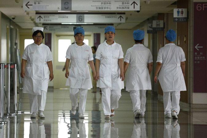 入院していた人権弁護士は、中国の市民は「目覚めている」と表現。写真は2013年9月、北京の病院内の看護師たち。参考写真(WANG ZHAO/AFP/Getty Images)