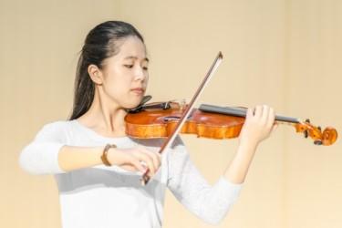 神韻交響楽団バイオリンソリスト鄭媛慧(Fiona Zheng)さん(大紀元)