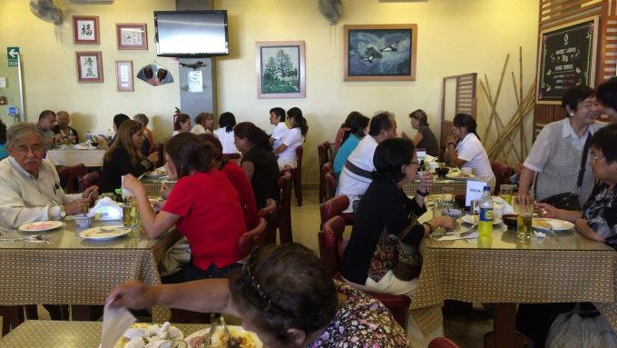 ペルーの日秘文化会館の1階には日本食レストランがある。日系人を中心として多くの人々で賑わっていた(田中美久 撮影)