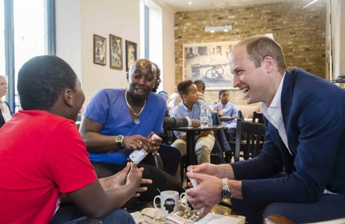 ロンドンのカフェで朝食をとる父子と談笑する英ウィリアム王子(headstogether.org.uk)