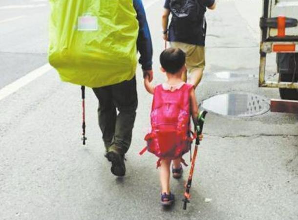 6月13日、ウェンウェンと父親(黄色いカバーのかかったバックパッカー)。成都に到着(新浪微博)