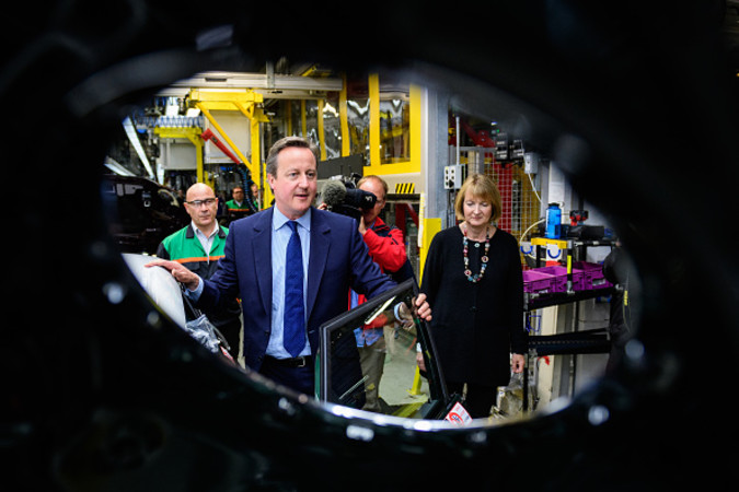 23日の投票を前に自動車工場を視察するキャメロンイ英首相。20日撮影(Leon Neal - WPA Pool/Getty Images)
