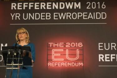 イギリス選挙委員会関係者が現地時間24日、英マンチェスター市政府で「離脱支持の投票が多数」を宣言した(Christopher Furlong/Getty Images)