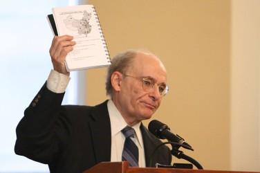 中国での法輪功修煉者からの臓器摘出問題に関する調査報告の共著者、人権擁護弁護士デービッド・マタス氏。2007年5月29日、カナダ議会での公聴会で。(大紀元)