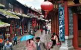 少数民族ナシ族の古都である雲南省麗江市。写真向かって右、象形文字「トンパ文字」が使われた看板が掲げられている。(Wikipedia)